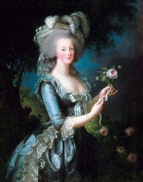 یک نقاشی نشان می دهد که یک زن سفیدپوست با موهای خاکستری کرکی ، یک کلاه بزرگ خاکستری سبز با پر دارد.  او لباس آبی مجلل با یک کمان بزرگ در جلو و جزئیات توری پوشیده است.  او چند گل رز بریده در دست دارد و با آرامش به بیننده نگاه می کند.