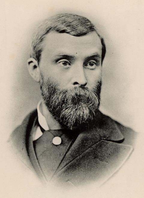 عکس پرتره سیاه و سفید از توماس لادر برونتون ، مردی ریش سفید ، ریش دار و موهای کوتاه و خیره ای شدید ، کت و شلوار کت و شلوار مرتب و پالتو