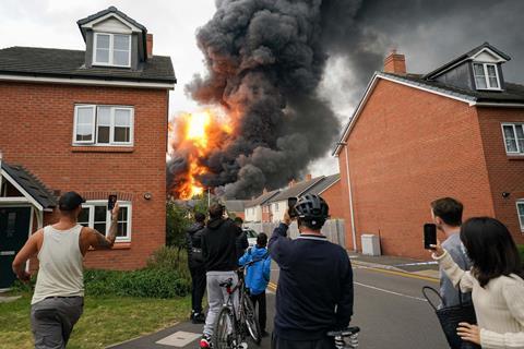 افرادی که از آتش سوزی عکس می گیرند