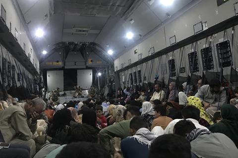مردم داخل یک هواپیمای نظامی تجمع کردند