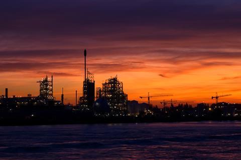 تصویری که کارخانه Chemours در Dordrecht را نشان می دهد